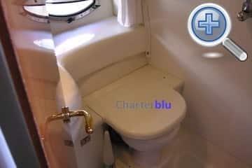 Vista del lavabo del iot Cranchi Endurance 39 de xàrter en agiües d'Eivissa i Formentera