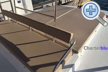 Vista del Flybridge del catamarán Catana Bali 4.3 de chárter en aguas de Ibiza y Formentera