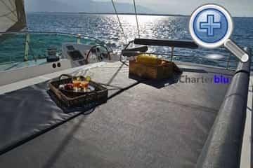 Vista del Flybridge del catamarán Privilege 615 de chárter en aguas de Ibiza y Formentera