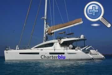 Vista general del catamarán Privilege 615 de alquiler en aguas de Ibiza y Formentera