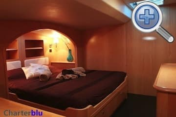 Vista del dormitorio principal del catamarán Privilege 615 de alquiler en aguas de Ibiza y Formentera