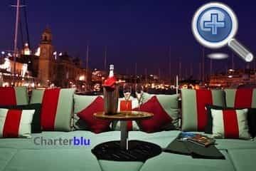Vista nocturna del Flybridge del catamarán Privilege 615 de chárter en aguas de Ibiza y Formentera