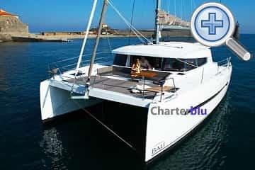 Vista de la proa del catamarán Catana Bali 4.3 de alquiler en aguas de Ibiza y Formentera