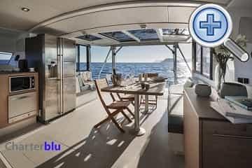 Vista del salón del catamarán Catana Bali 4.3 de chárter en aguas de Ibiza y Formentera