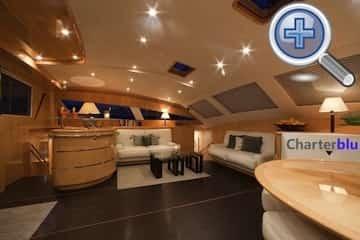 Vista trasera del salón del catamarán Privilege 615 de alquiler en aguas de Ibiza y Formentera